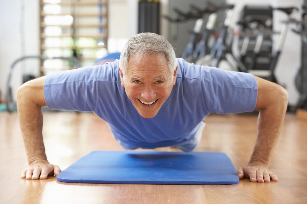 5 ejercicios para gente mayor de 50 años para hacer en tu hogar