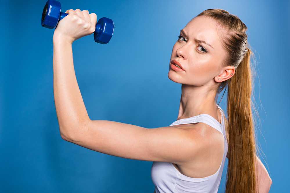 7 Ejercicios con mancuernas para mantener tu cuerpo fit