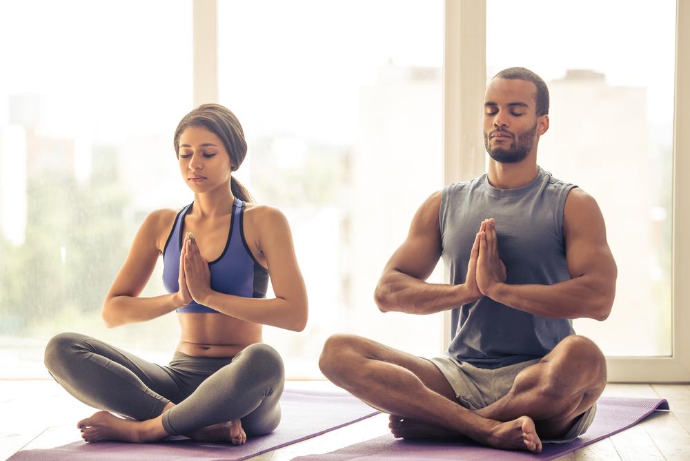 Posturas de yoga en pareja que puedes hacer en tu salón